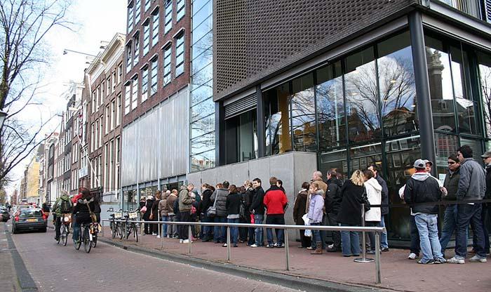Kø utenfor Anne Frank Museum i Amsterdam