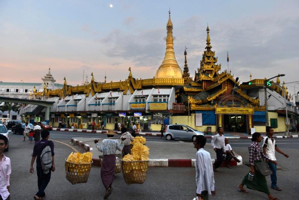 Sule Pagoda i midten av Yangon sentrum