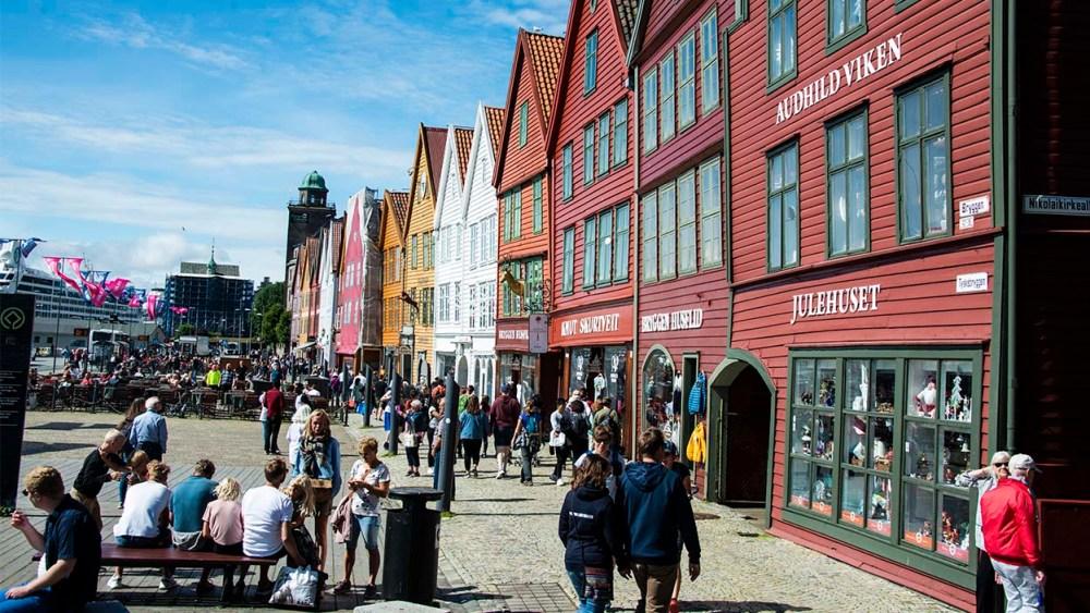 Turister på Bryggen i Bergen