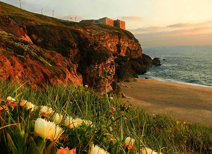 Festningen og stranda Praia do Norte nær solnedgang