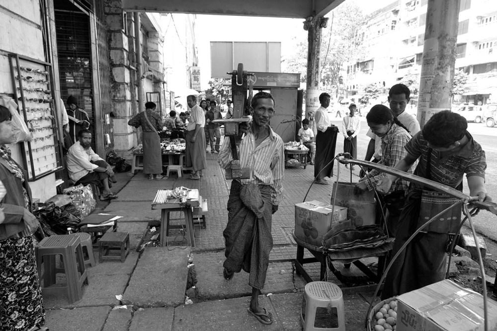knivsliper på jobb i Yangons gater