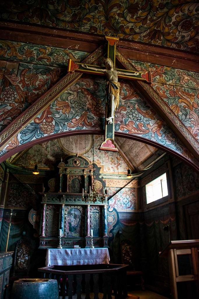 kor og krusifiks i Røldal stavkirke