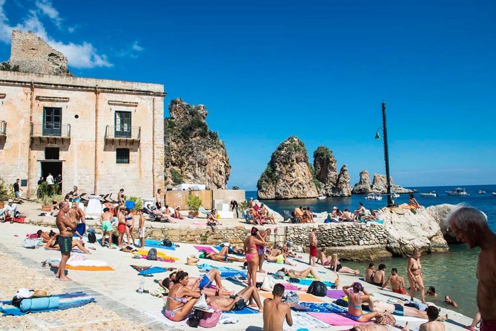Folk på stranda ved Tonnara di Scopello