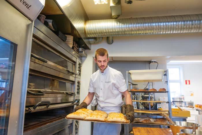 Jonathan Burt baker i Tollboden Bakeri