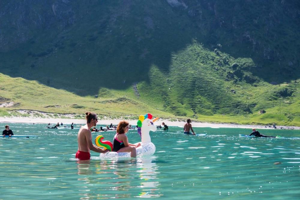 Jente bader på enhjørning på Hoddevik strand