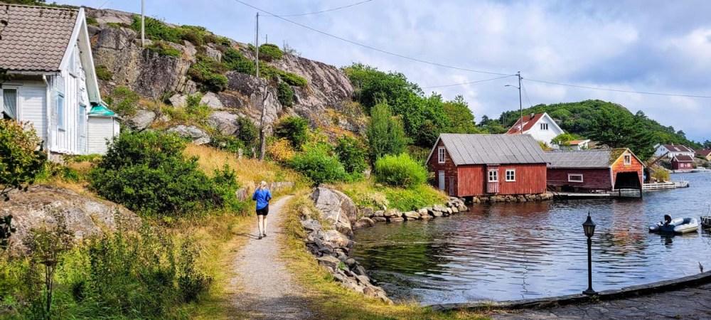 Dame jogger langs den kommunale kjerreveien på Borøya i Kristiansand