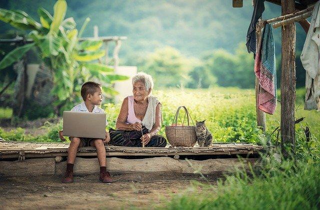 Vovô e vovó podem aprender a mexer com computador de um jeito fácil mesmo no campo