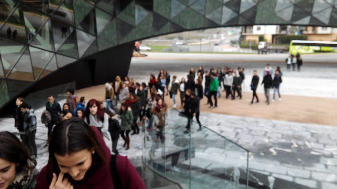 Los estudiantes llegando a Orona Ideo.