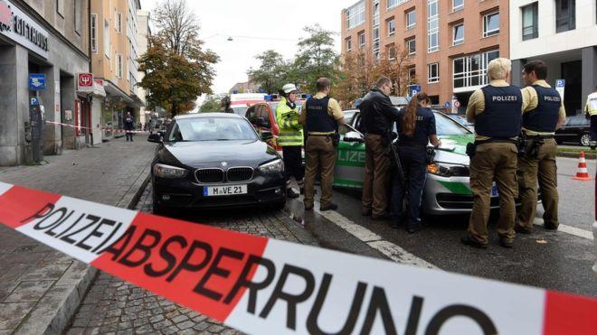 """ألمانيا : القبض على المشتبه باعتدائه على عدة أشخاص بسكين في ميونخ .. و الشرطة تقول إنه يعان من """" مشاكل نفسية """""""
