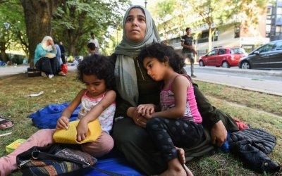 أسرة سورية تعيش في إحدى حدائق باريس بسبب تعقيدات طلب اللجوء
