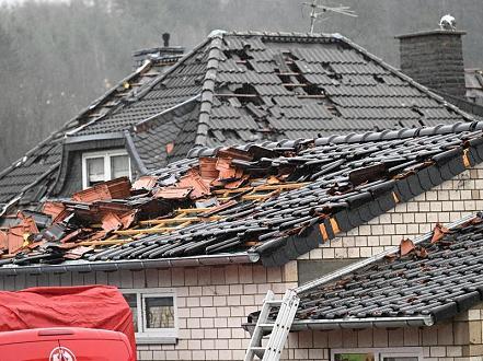 إعصار قوي يضرب بلدة في ألمانيا .. هذا حجم الأضرار ( فيديو )