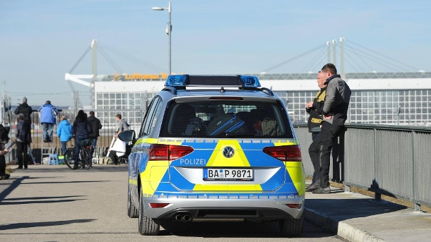 ألمانيا : مسن يتبول في وسط مبنى بمطار ميونخ .. و مفاجأة للشرطة بعد توقيفه !