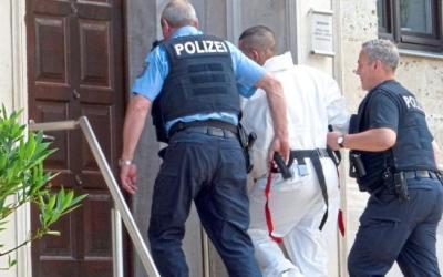ألمانيا : ألمانية قدمت أوراق إثبات بأن حبيبها العربي هو والد طفلتها لإيقاف ترحيله فكافأها بطعنها
