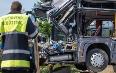 ألمانيا : 27 إصابة في حادث سير مروع بين شاحنة و حافلة مدرسية ( فيديو )