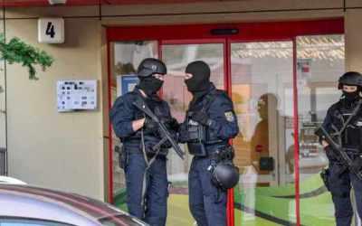 ألمانيا : مداهمة ضخمة للشرطة يتم فيها ضبط كميات ضخمة و أسلحة و اعتقال أربعة أجانب في هذه المدينة