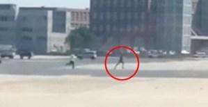 خلال عملية ترحيله .. طالب لجوء يخلع ملابسه بالكامل و يفر هارباً في مطار ألماني