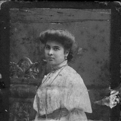 Anna Kirlija, Cousine von Pogos Chat-Ogly