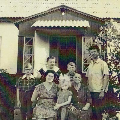 Gertrude Rolloff, Erna Rolloff mit Tochter Anna und Enkelkindern
