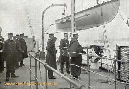 S.M. der Kaiser, Großadmiral von Tirpitz, Admiral von Müller und Vize-Admiral von Ingenohl an Bord S.M.S. München, links vorne: Oswald von Studnitz (1871-1963), 1912-15 Kapitän des Schiffes