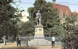 Braunschweig, Lessingdenkmal mit Aegedienhalle
