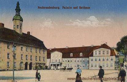 Neubrandenburg, Palais und Rathaus