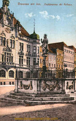 Braunau am Inn, Fischbrunnen mit Rathaus