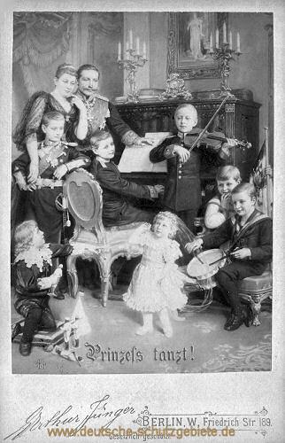 Kaiser Wilhelm II. mit Familie - Prinzess tanzt