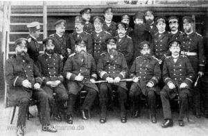 Konteradmiral Deinhard und Offiziere S.M.S. Leipzig, 1889 v.l.n.r sitzend: Seydell, Capelle, Plüddemann, Deinhard, Schneider, Elvers stehend: Behm, Oré, Tapken, Nieten, Thyen, Wuthmann, Gühler, Pfarrer Ettel, Dr. Groppe, Dr. Arimond, Oelker, Meier