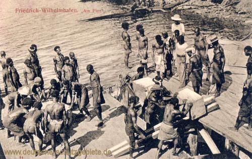 """Deutsch-Neu-Guinea, Friedrich-Wilhelmshafen """"Am Pier"""""""