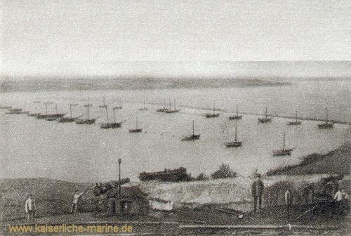 Hafensperre der Kieler Förde 1870/71. Im Vordergrund Landbatterie und Soldaten.