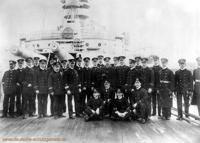 Kaiser Wilhelm II. mit den Offizieren der Deutschland 1912