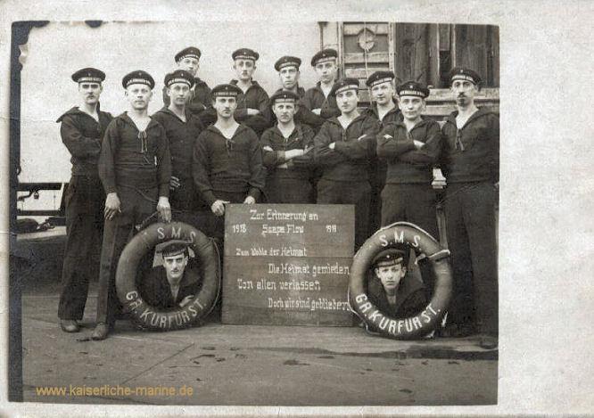 """S.M.S. Großer Kurfürst - Mannschaftsangehörige 1919. """"Zur Erinnerung an 1918 Scapa Flow 1919 Zum Wohle der Heimat Die Heimat gemieden Von allen verlassen Doch wir sind geblieben"""