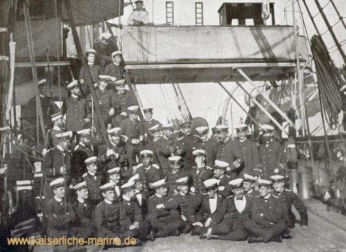 S.M. der Kaiser im Kreise der Offiziere und Fähnriche des Flaggschiffes des Übungsgeschwaders, S.M.S. Kaiser, während der Reise Genua, Athen, Konstantinopel, Venedig im Jahre 1889