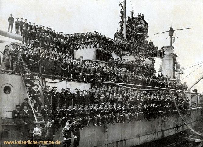 Die Besatzung S.M.S. König nach der Seeschlacht am 31.05.1916 vor dem Skagerrak im Heimathafen.