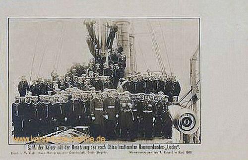 S.M. der Kaiser mit der Besatzung des nach China bestimmten Kanonenboots Luchs