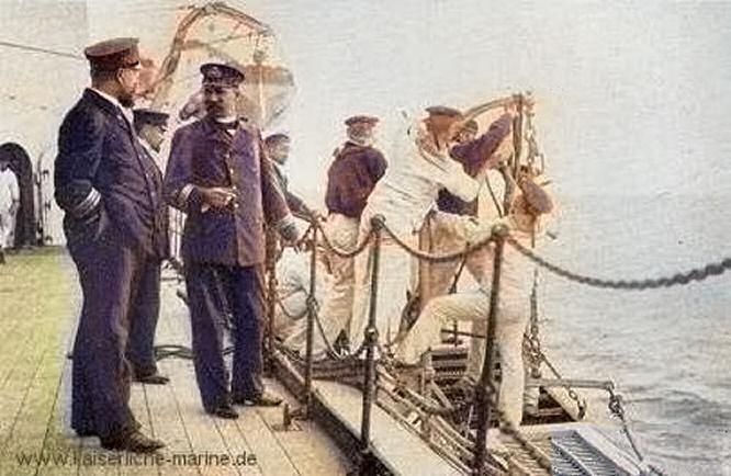 S.M.S. Wörth, Korvetten-Kapitän Saß und Stabsarzt Grotrian (Matrosen am Fallreep)