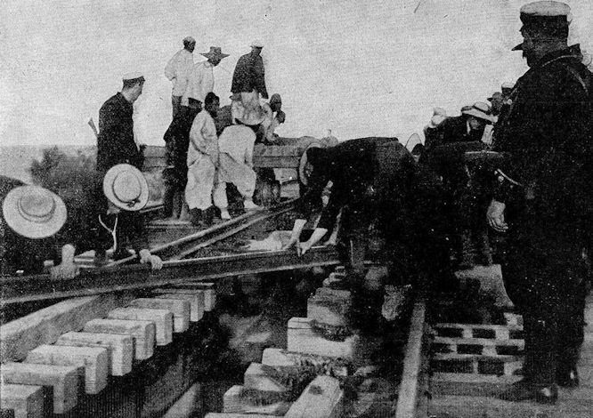 Vom chinesischen Kriegsschauplatz: Wiederherstellung der Eisenbahnbrücke über den Peiho bei Jangtsu durch Deutsche, Engländer und Japaner.