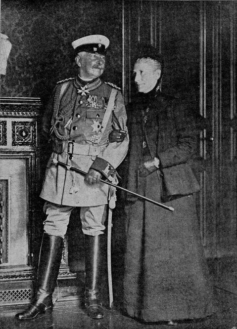Generalfeldmarschall Graf Waldersee und seine Gemahlin, fertig zur Abreise nach China (1900).