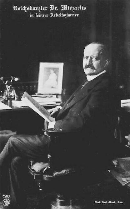 Reichskanzler Dr. Michaelis in seinem Arbeitszimmer