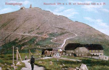 Riesengebirge. Riesenbaude 1394 m ü. M. mit Schneekoppe 1605 m ü. M.