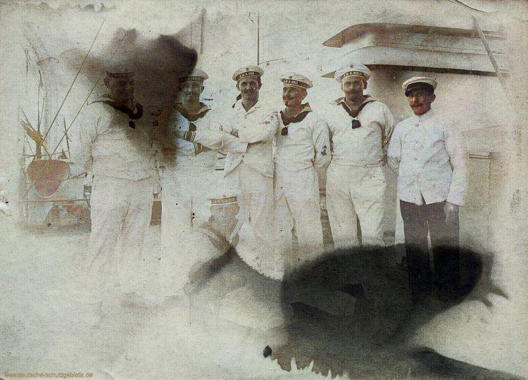 Mannschaftsmitglieder von S.M.S. Berlin und S.M.S. Eber 1911. Das Foto entstand vermutlich beim Zusammentreffen der beiden Schiffe vor Agadir (Marokko).