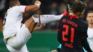 Auch beim Pokalspiel gegen Leipzig ging es kämpferisch zu: In der Bundesliga gegen Augsburg will Eintracht Frankfurt ebenso erfolgreich sein.