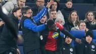 Die zunächst strittige Szene: Schalkes Trainer David Wagner (Zweiter von links) und Hertha-Profi Jordan Torunarigha (Mitte) beim Pokalspiel