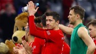 Nicht zufrieden, aber auch nicht unzufrieden: Die Münchener Profis um Robert Lewandowski (Mitte) nach dem Spiel gegen Leipzig