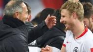 Österreicher fühlen sich bei der Eintracht wie zu Hause: Adi Hütter und Martin Hinteregger nach dem Sieg gegen RB Leipzig im DFB-Pokal.