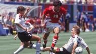 So wie einst: Andreas Möller (links, bei der WM 1994 in Amerika) will bei der Eintracht fußballerische Tugenden vermitteln.