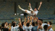 Die argentinische Mannschaft lässt ihren Star Lionel Messi nach dem historischen Sieg hochleben — und hochfliegen.