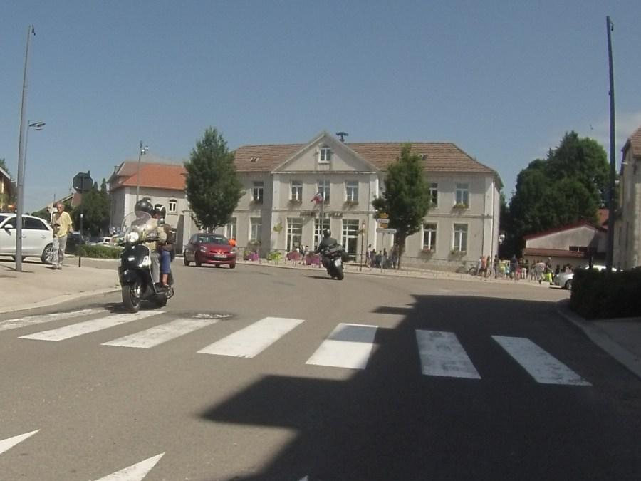 Motorrad vor der Hotel de Ville im Elsass