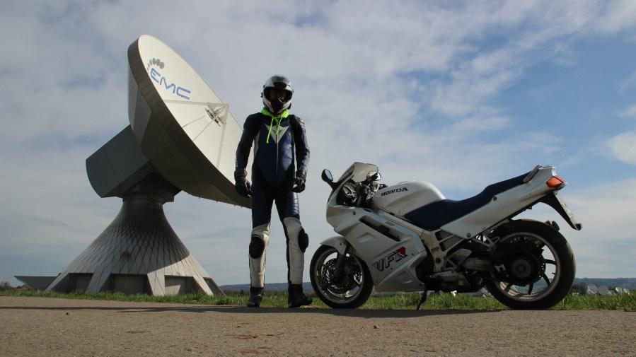 Motorrad, Biker und Satelittenschüssel