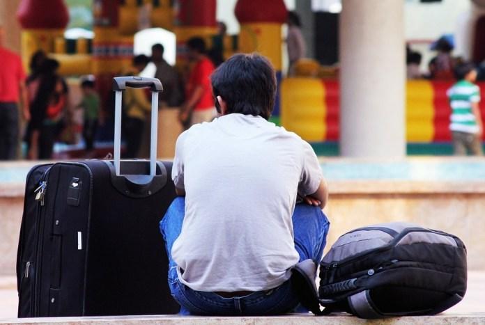 Ado sur le point de partir pour une année scolaire à l'étranger
